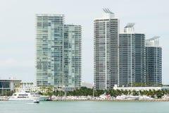 Nowożytni residencial budynki na Miami Wyrzucać na brzeg z jacht dokującym n Obrazy Stock