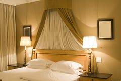 nowożytni sypialni wnętrza Zdjęcia Royalty Free