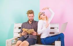 Nowożytni ucznie używają cyfrowego podejście as well as klasyczni podręczniki Ucznie męczący studiowanie Mężczyzna i kobiety use obrazy royalty free
