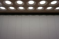 Nowożytni wewnętrzni podsufitowi światła współczesna teatr scena zdjęcie royalty free
