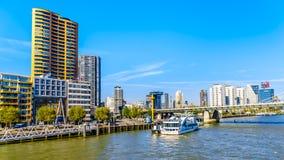 Nowożytni wysocy wzrostów kondominia i biurowi wysocy wzrostów budynki przy Willemskade wzdłuż Nieuwe Maas rzeki w Rotterdam obrazy stock