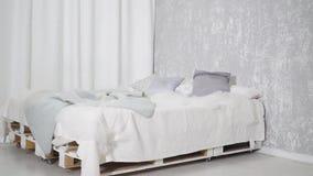 Nowożytny łóżko z ładnymi poduszkami zbiory wideo