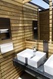 Nowożytny łazienki wnętrze, nowożytny drewniany projekt zdjęcia royalty free