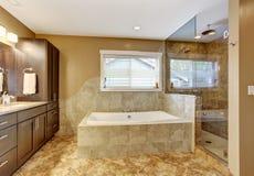 Nowożytny łazienki wnętrze z szklaną drzwiową prysznic obrazy stock