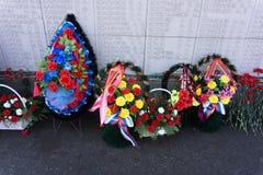 Nowożytny żałobny wianek robić czerwoni gerberas, lillies, anthurium w kwiatu rynku Round kształtował żałobnego wianek w czerwony zdjęcia royalty free