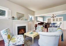 Nowożytny żywy izbowy wnętrze z grabą i pianino przy tłem Obrazy Royalty Free