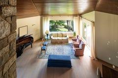 Nowożytny żywy pokój z drewnianym sufitem w willi zdjęcia stock
