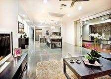 Nowożytny żywy pokój z drzwiowym wejściem i korytarz odległością Zdjęcia Royalty Free
