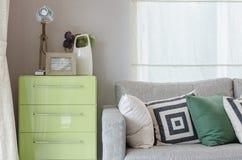 Nowożytny żywy pokój z kanapą i zielony stół popieramy kogoś Fotografia Stock