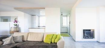 Nowożytny żywy pokój z lekką kanapą obrazy stock