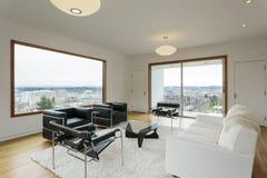 Nowożytny żywy pokój z widokiem w dniu Fotografia Royalty Free