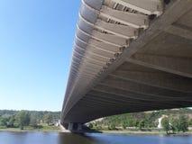 Nowożytny architektura most pod autostradą odnosić sie lewicowy partyjny prezydent co do wyzwolenie walki ameryka łacińska obrazy stock