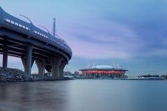 Nowożytny architektury wierza na zmierzchu tle St Petersburg Rosja promieniowanie światła, panorama miasto Stadium, flyin obrazy royalty free