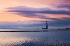 Nowożytny architektury wierza na zmierzchu tle St Petersburg Rosja promieniowanie światła, panorama miasto Stadium, flyin obraz stock
