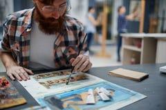 Nowożytny artysta Pracuje na obrazie olejnym w studiu fotografia royalty free