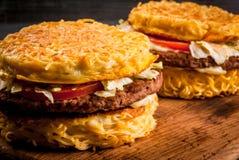 Nowożytny Azjatycki naczyń Ramen hamburger Obrazy Royalty Free