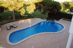 Nowożytny Błękitny basen z Czerwonym płytka tarasem - Domowym obrazy royalty free