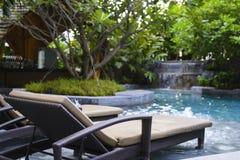 Nowożytny basen z holu krzesłem Fotografia Stock