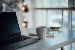 Nowożytny biały biuro, projektant handmade filiżanka z kawą, smartpho obraz stock