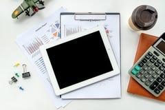 Nowożytny Biały biurowego biurka stół z pustego ekranu pastylką obrazy stock