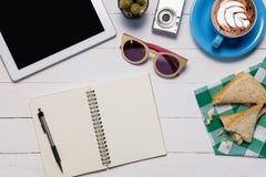 Nowożytny Biały biurowego biurka stół z pustego ekranu pastylką obraz royalty free