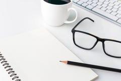 Nowożytny biały biurowy pulpitu stół z komputerowym laptopem, noteboo Obrazy Royalty Free
