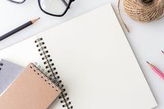 Nowożytny biały biurowy pulpitu stół z notatnikiem, notatka, filiżanka Fotografia Royalty Free