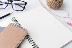 Nowożytny biały biurowy pulpitu stół z notatnikiem, notatka, filiżanka Zdjęcia Stock