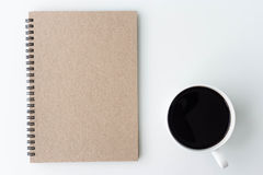Nowożytny biały biurowy pulpitu stół z notatnikiem, notatka, filiżanka Zdjęcia Royalty Free