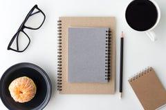 Nowożytny biały biurowy pulpitu stół z notatnikiem, notatka, filiżanka Obraz Stock