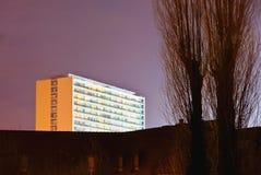 Nowożytny biały budynek mieszkaniowy przy nocą Fotografia Royalty Free