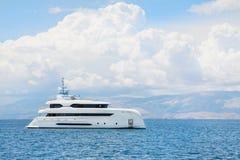 Nowożytny biały mega jacht w błękitnym morzu Bogaci ludzie na wakacjach Obraz Royalty Free