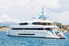 Nowożytny biały mega jacht w błękitnym morzu Bogaci ludzie na wakacjach Obraz Stock