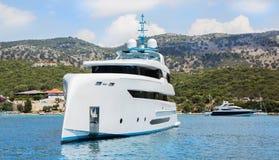 Nowożytny biały mega jacht w błękitnym morzu Bogaci ludzie na wakacjach Fotografia Stock