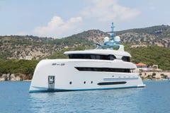 Nowożytny biały mega jacht w błękitnym morzu Bogaci ludzie na wakacjach Obrazy Stock