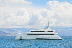 Nowożytny biały mega jacht w błękitnym morzu Bogaci ludzie na wakacjach Zdjęcia Stock