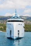 Nowożytny biały mega jacht w błękitnym morzu Bogaci ludzie na wakacjach Fotografia Royalty Free