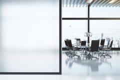 Nowożytny biały pokój konferencyjny z copyspace Zdjęcie Stock