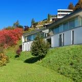 Nowożytny bielu dom, outdoors zdjęcia stock