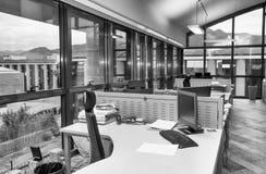 Nowożytny biuro z cluttered desktops pojęcia prowadzenia domu posiadanie klucza złoty sięgający niebo zdjęcie royalty free