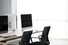 Nowożytny biuro z dokumentami i komputerami na stole zdjęcia royalty free