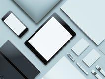 Nowożytny biurowy miejsce pracy z kruszcowym laptopem, cyfrową pastylką, telefonem komórkowym, papierami, notepad i inny, biznes  Fotografia Stock