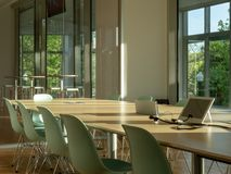 Nowożytny biurowy pokój konferencyjny Widok outdoors, postępowy confere i fotografia stock