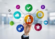 Nowożytny biurowy wnętrze i zamyka bizneswoman ręka wybiera ikonę na multimedialnym interfejsie obraz royalty free