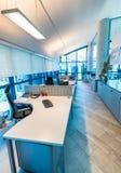 Nowożytny biurowy wnętrze z krzesłami i desktops obrazy royalty free