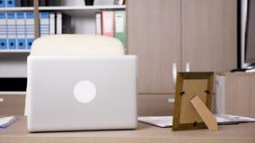 Nowożytny biurowy wnętrze z premia laptopem na biurku zbiory wideo