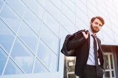 Nowożytny biznesmen z torbą na drapacz chmur tle obraz royalty free
