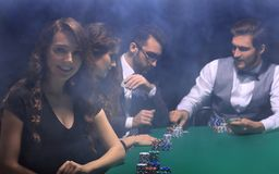 Nowożytny biznesowej kobiety obsiadanie przy bzdury stołem w kasynie Fotografia Royalty Free