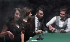 Nowożytny biznesowej kobiety obsiadanie przy bzdury stołem w kasynie Obraz Stock