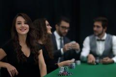 Nowożytny biznesowej kobiety obsiadanie przy bzdury stołem w kasynie Obrazy Stock